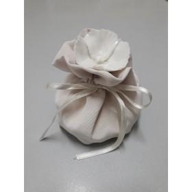 Sacchetti in Cotone avorio cm. 8 * 7 con fiore in porcellana bianco Conf. da Pz.10